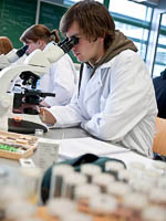 Use of student microscope during practical course; photograph Dick van Aalst