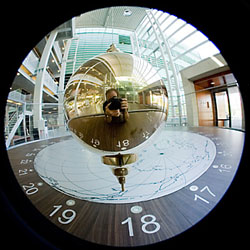 Foucault pendulum in the Huygens building; photograph Dick van Aalst